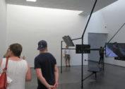 Melanie Gilligian' 79, Kanada, The Common Sense, 2014, 5 LED TVs, powder-coated steel tubes, HD video 5x6:50 min, Muzeum Sztuki Współczesnej Kiasma w Helsinkach, 2017