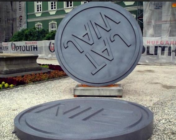 """Jerzy T. Lipczyński i Wojciech Go, Rzeźba stempel """"TAJ-WAJ-NIE"""", Szczecin, 2013"""