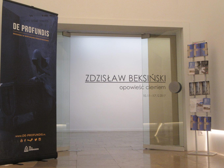 Przed wejściem na wystawę w MN w Szczecinie