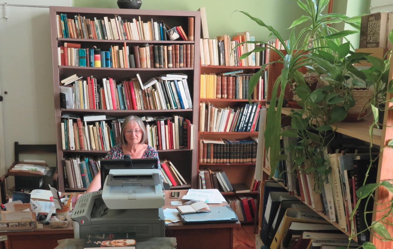 Dr Ewa Gwiazdowska podczas pracy nad szkicami L. Mosta w swoim gabinecie w MN w Szczecinie, 2019