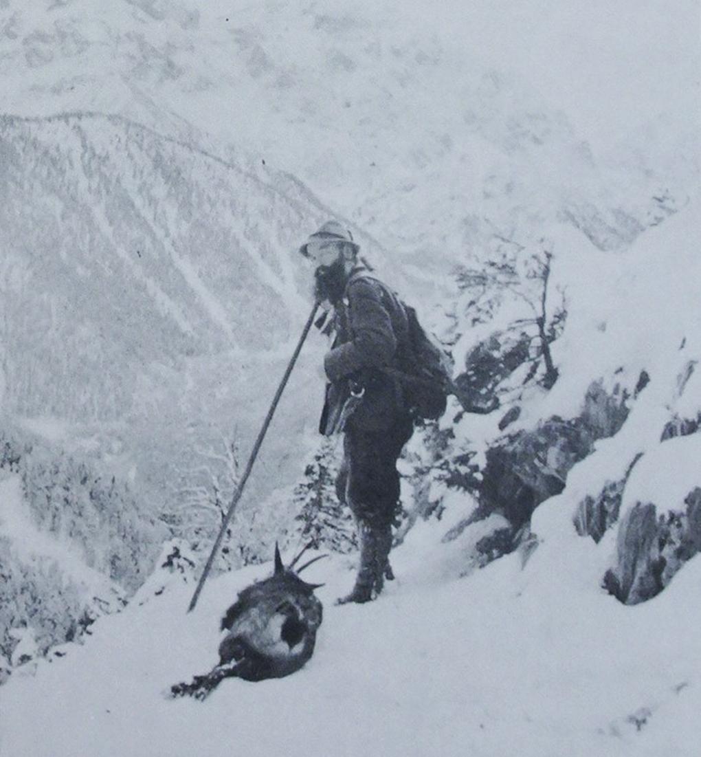 Karl Vögele (1905–1971) książęcy myśliwy z Wildbad Kreuth zimą w górach z upolowaną kozicą, reprodukcja w: H. Halmbacher, Das Tegernsee Tal in historischen Bildern, Hausham 1982, t. 2, s. s.
