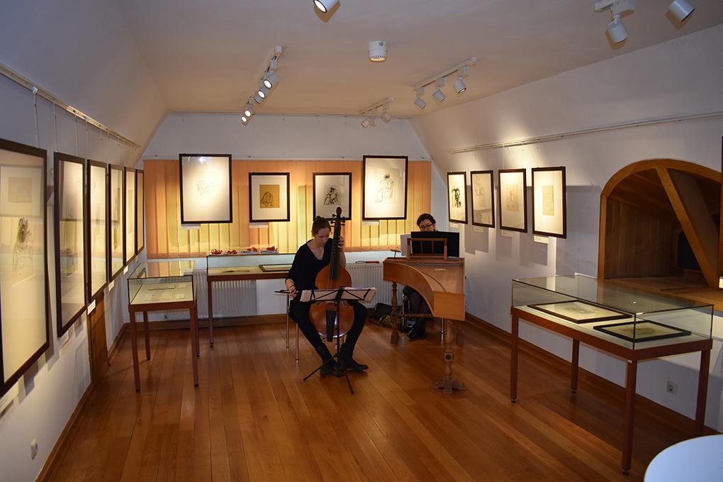 Sala wystawiennicza w trakcie przygotowania oprawy muzycznej. Przy klawesynie Pani Urszula Sawicka, przy violi da gamba Pani Gertrud Ohse.