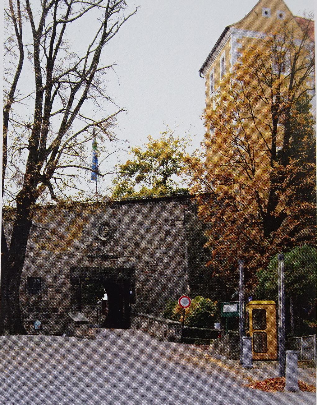 Brama do zamku Hohnstein, zdjęcie współczesne, reprodukcja w: Frank Richter, Caspar David Friedrich. Spurensuche im Dresdner Umland und in der Sächsischen Schweiz (Poszukiwania śladów w okolicach Drezna i w Saskiej Szwajcarii), Humus 2009, s. 38