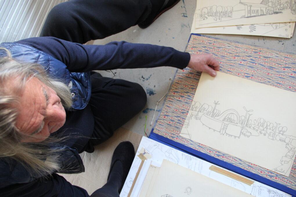 Edward Dwurnik wybiera rysunki na wystawę Zoom na Szczecin, 2016.