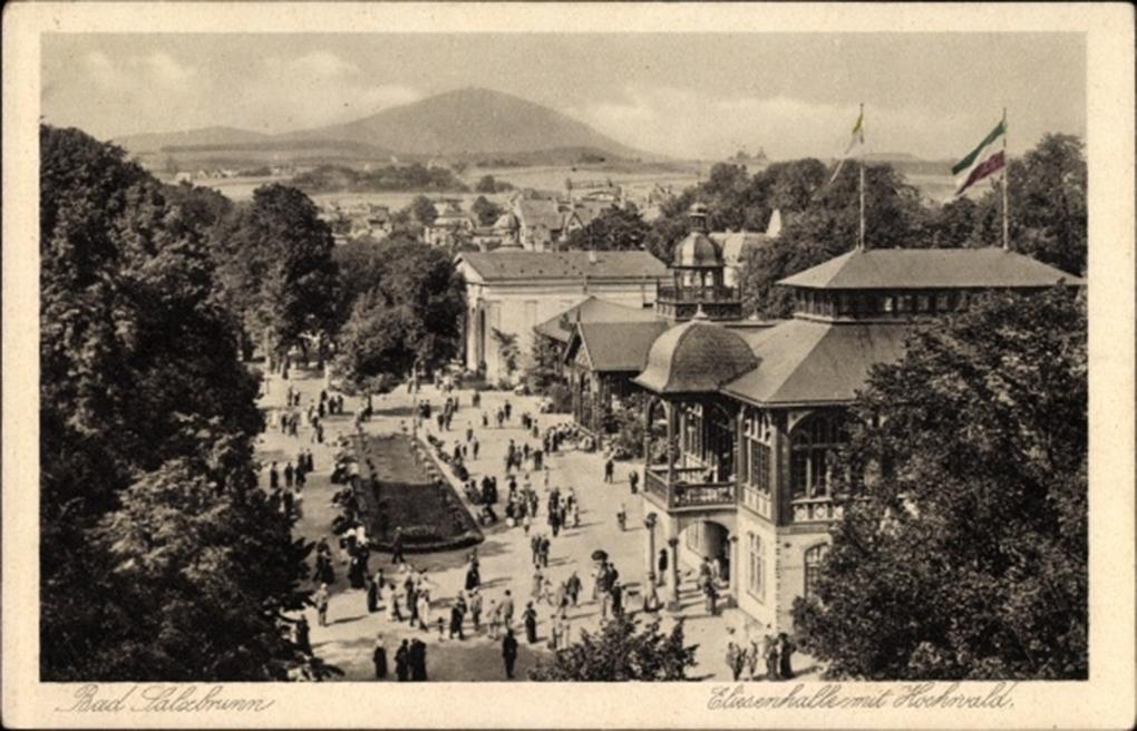 Szczawno, widok ogólny (Hala Elizy / Elisenhalle i góra Hochwald), pocztówka, początek XX wieku, https://www.google.com/url?sa=i&url=https%3A%2F%2Fwww.akpool.co.uk%2Fpostcards%2F26433274-postcard-szczawno-zdrj-bad-salzbrunn-schlesien-elisenhalle-mit-hochwald-kurgaeste&psig=AOvVaw3uaZxyq_kMe3ZBnbNIPR6r&ust=1629790752982000&source=images&cd=vfe&ved=0CAgQjRxqFwoTCLCS7dPRxvICFQAAAAAdAAAAABAP dostęp 23.08.2021